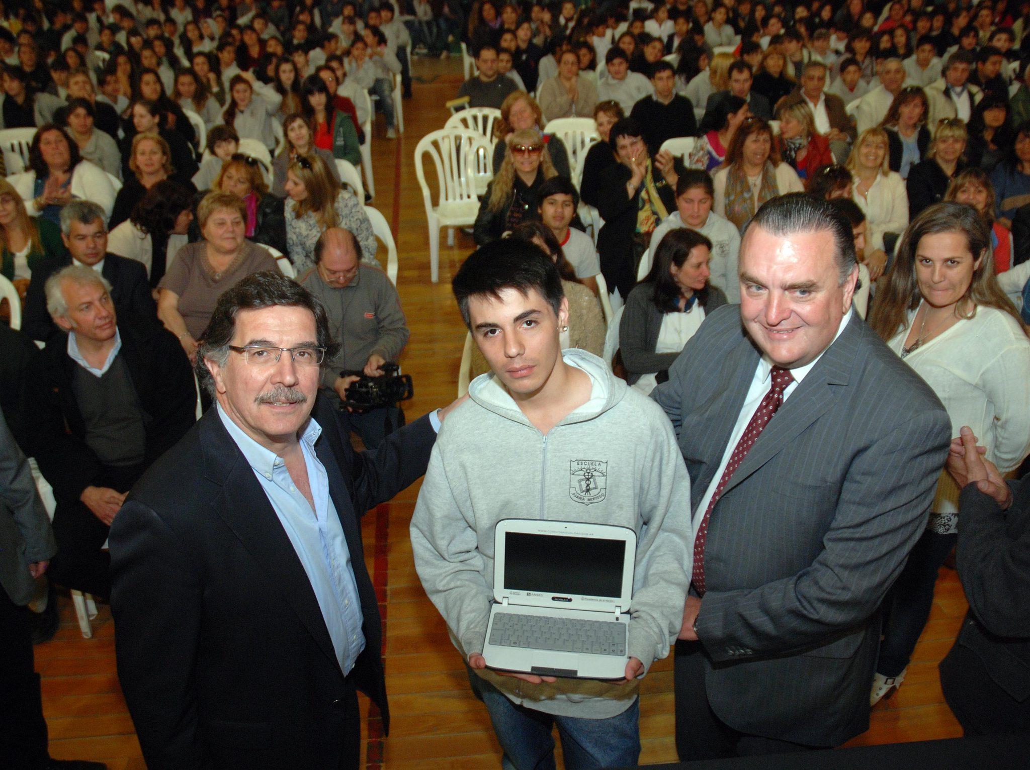 Sileoni entregó recursos para escuelas de Baradero y Alberti