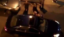 Video: Le golpearon todo el auto, se bajó y los molió a palos