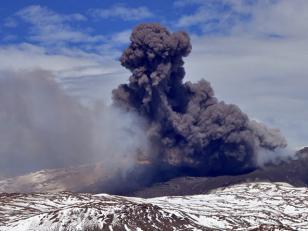 El volcán Copahue mantiene su alerta amarilla