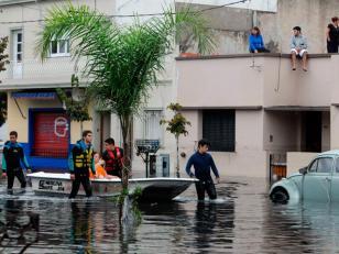 Ascienden a 60 los muertos por el temporal de La Plata