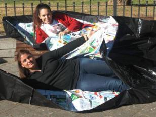 Crean bolsas de dormir para indigentes con sachés de leche reciclados