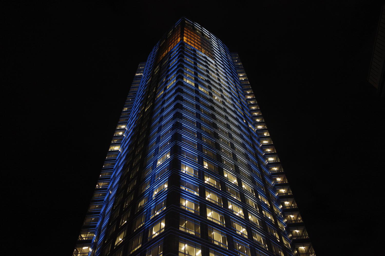 La torre de YPF está iluminada por el 25 de Mayo