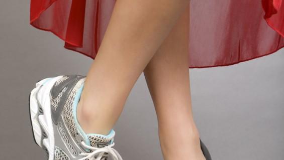 Las mujeres y los tacos altos: cómo cuidar los talones de los pies
