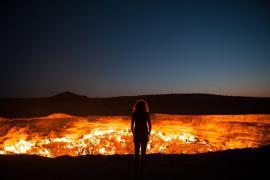 """""""Puerta al Infierno"""": De pie al borde del cráter Darvaza, en Turkmenistán"""