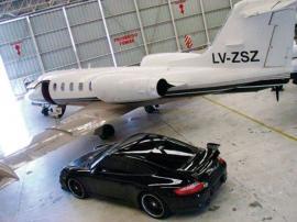 El auto de Elaskar y el avión de Lázaro Báez