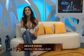 Video: Se le cae la blusa en pleno programa de TV
