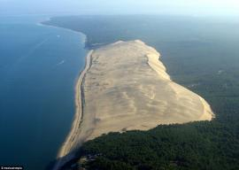 Una montaña de arena se traga un bosque, casas y carreteras enteras