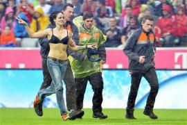 Una Hincha del Bayern interrumpió el partido en corpiño