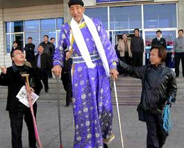 Un chino es el hombre m s alto del mundo for Cuanto mide una cama king size en metros