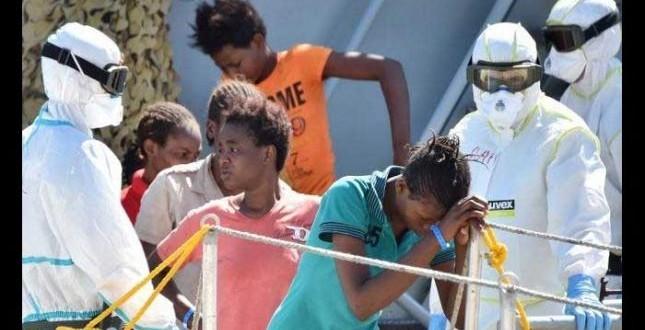 Hallan 50 cuerpos en un barco en el que iban 400 refugiados