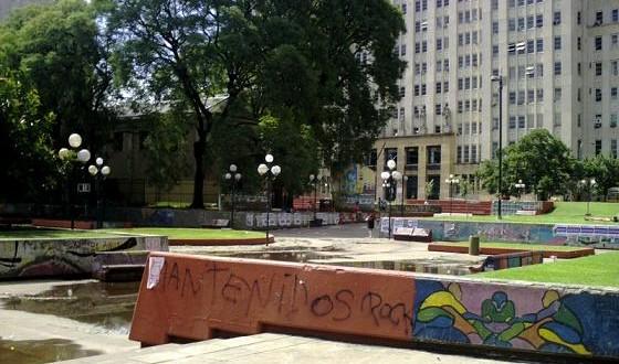 Hallaron a un hombre muerto en la plaza Houssay