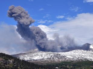 Se registraron fuertes estruendos y cenizas del volcán Copahue