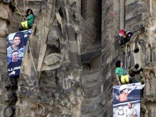 "Greenpeace se ""cuelga"" de la Sagrada Familia para pedir la libertad de activistas en Rusia"