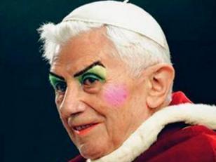 La foto de Benedicto XVI maquillado como mujer