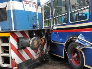 Tren embistió a un colectivo