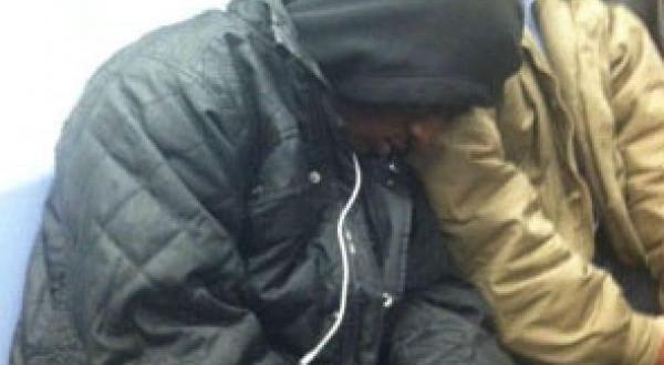 Esta foto de dos hombres en el subte se convirtió rápidamente en viral