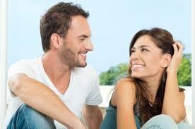 Las señales de atracción que delatan el interés de un hombre hacia una mujer