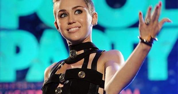 Miley Cyrus fue casi sin ropa a los MTV europeos y festejó su premio fumando marihuana en el escenario 3