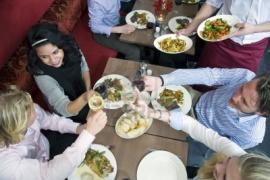 Engordar o no depende de la compañía a la hora de comer