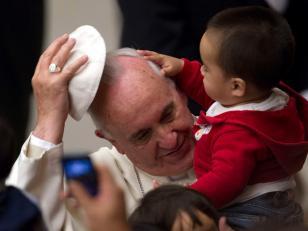 Niño le quitó el solideo al Papa