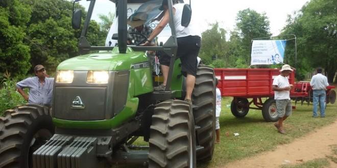 Entrega de herramientas y un tractor en Apipé