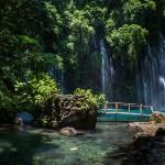 Increíbles fotos de una cascada alimentando una laguna en Filipinas