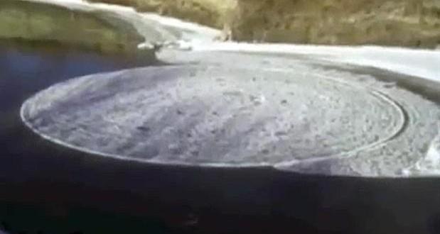 Video: Increíble disco de hielo giratorio en un río