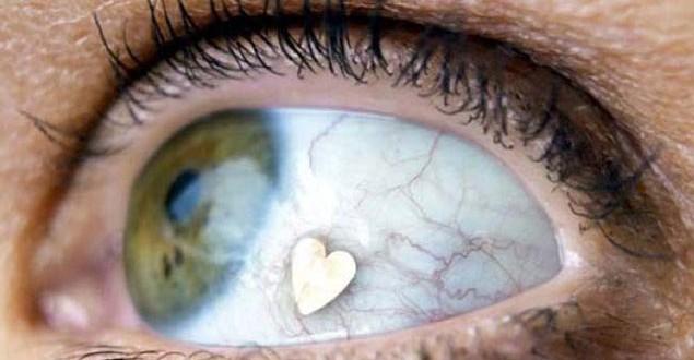 La moda de incrustarse joyas en los ojos