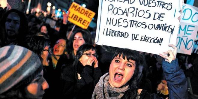 Activistas feministas se desnudan contra ley de aborto en España 2
