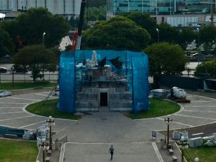 El Monumento a Colón sufrió varias fracturas luego de su traslado