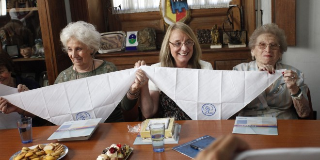 Entregan 1000 pañuelos blancos a las Abuelas de Plaza de Mayo