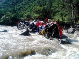 8 muertos y 25 heridos al volcar un micro en Perú