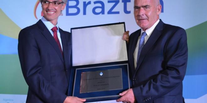 Distinguen a Meyer en Brasil como Decano de las Américas