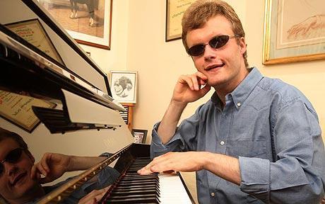 Autista y ciego es capaz de tocar casi cualquier pieza escuchándola solamente una vez