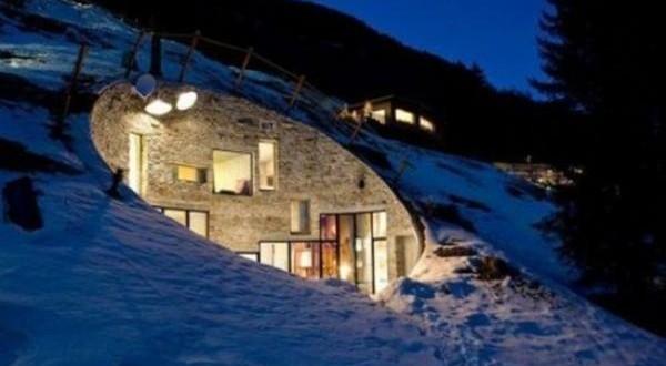 Una casa que fue construida dentro de una montaña 1