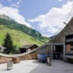 Una casa que fue construida dentro de una montaña