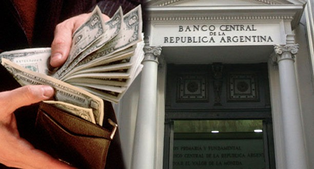 """El dólar oficial cae por debajo de los 8 pesos pero el """"blue"""" se sostiene sobre 12,50 pesos"""