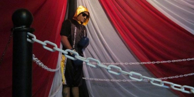 Fotos: Velan el cadáver de un boxeador vestido y parado sobre un ring 1