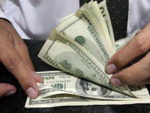 El dólar oficial cerró febrero en baja pero acumula suba del 20,8% en lo que va del año