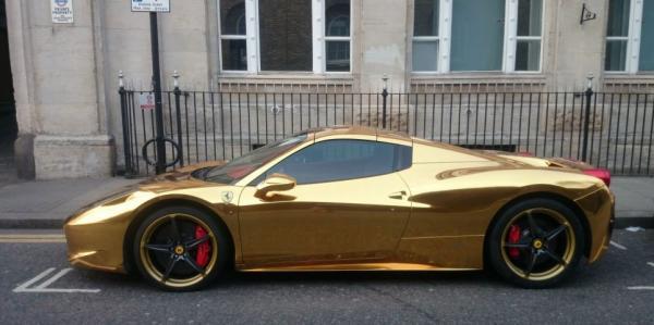 Una Ferrari 458 Spider de oro 3