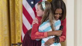 Niña entrega currículum de su padre desempleado a Michelle
