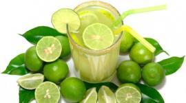10 razones por las que deberías tomar agua con limón