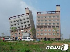 Insólito: edificio amaneció torcido en Corea del Sur