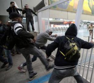 La policía chocó con huelguistas en metro de San Pablo