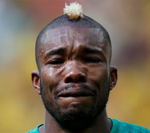 Serey Die llorando con el himno por la muerte de su padre