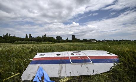 ¿Por qué se hallaron víctimas del vuelo MH17 sin ropa?