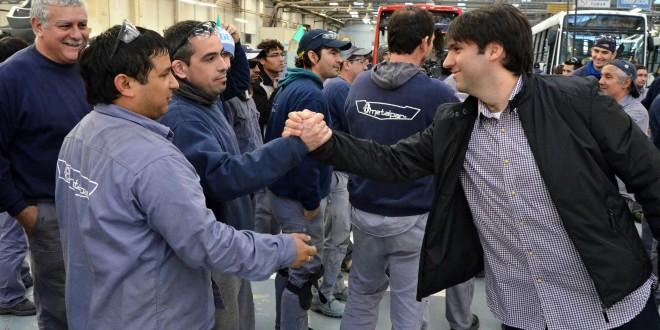 Bossio entregó netbooks y recorrió una fábrica de vehículos en Tres de Febrero