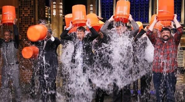 Ice bucket challenge : Todos se tiran el balde de agua pero nadie pone dinero