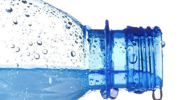 ¿Por qué no se deben reutilizar las botellas de agua?