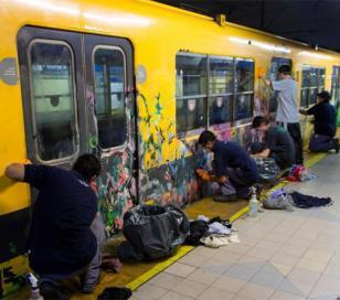 Grafiteros detenidos fueron obligados a limpiar los vagones